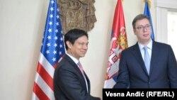 Заместитель помощника госсекретаря США Хойт Брайан Йи во время встречи с премьер-министром Сербии Александром Вучичем (справа). Белград, 24 мая 2017 года.