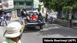 Հայիթի - Նախագահի սպանության համար կասկածվողներից երկուսին տեղափոխում են ոստիկանատուն, Պորտ-օ-Պրենս, 8-ը հուլիսի, 2021թ.