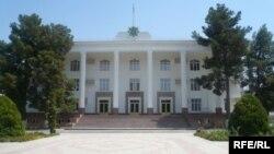 Türkmenistanyň Ylymlar Akademiýasynyň binasy. Aşgabat, awgust, 2009.