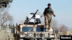 Afganistanski oficir za sigurnost na lokaciji incidenta u kojem su ubijeni američki vojnici u distriktu Širzad, 9. februar, 2020.