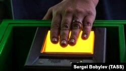 Процедура сканирования отпечатков пальцев (архивное фото)