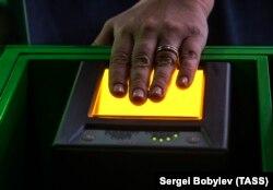 Снятие отпечатков пальцев в визовом центре для шенгенской визы