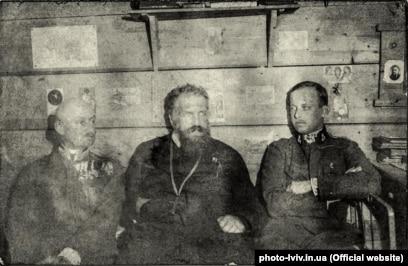 Зліва направо: барон Казимир Гужковський, митрополит УГКЦ, граф Андрей Шептицький, ерцгерцог Вільгельм фон Габсбург. Село Кадлубиськ поблизу Бродів, зима 1917–1918 років