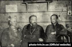 Зліва направо: барон Казимир Гужковський, митрополит УГКЦ, граф Андрій Шептицький, ерцгерцог Вільгельм Габсбург (Василь Вишиваний). Село Кадлубиськ поблизу Бродів, зима 1917–1918 років