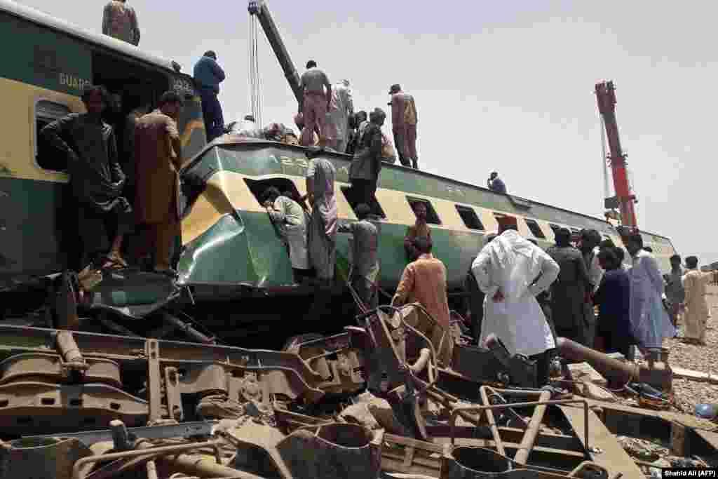 На месте крушения поезда, в результате которого погибли десятки людей, в районе города Дахарки провинции Синд в Пакистане 7 июня