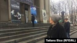 """În fața teatrului """"Mihai Eminescu"""" din Chișinău"""