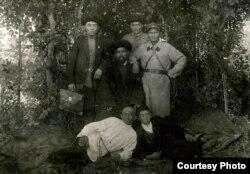 Из неподписанных фотографий депортированных кыргызов (справа стоит Иса Кураманов).