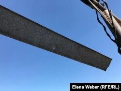 Ғалы Бақтыбаевтың үйінде қарудан атылған бытыра ізі көп кездеседі. Атасу ауылы, Қарағанды облысы, 1 маусым 2019 жыл.