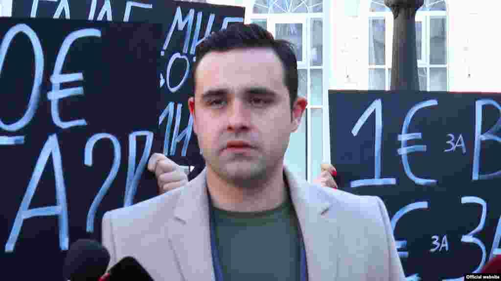 МАКЕДОНИЈА - Пратеникот од СДСМ Костадин Костадинов, кој е и портпарол на владејачката партија, денеска најави дека неговата мајка, која е вработена во Централниот регистар во Струмица, ќе си даде оставка од работното место. Министерот за информатичко општество и администрација Дамјан Манчевски претходно најави дека луѓето од власта кои се посочуваа за непотизам при вработувањето во државната администрација ќе се повлечат.