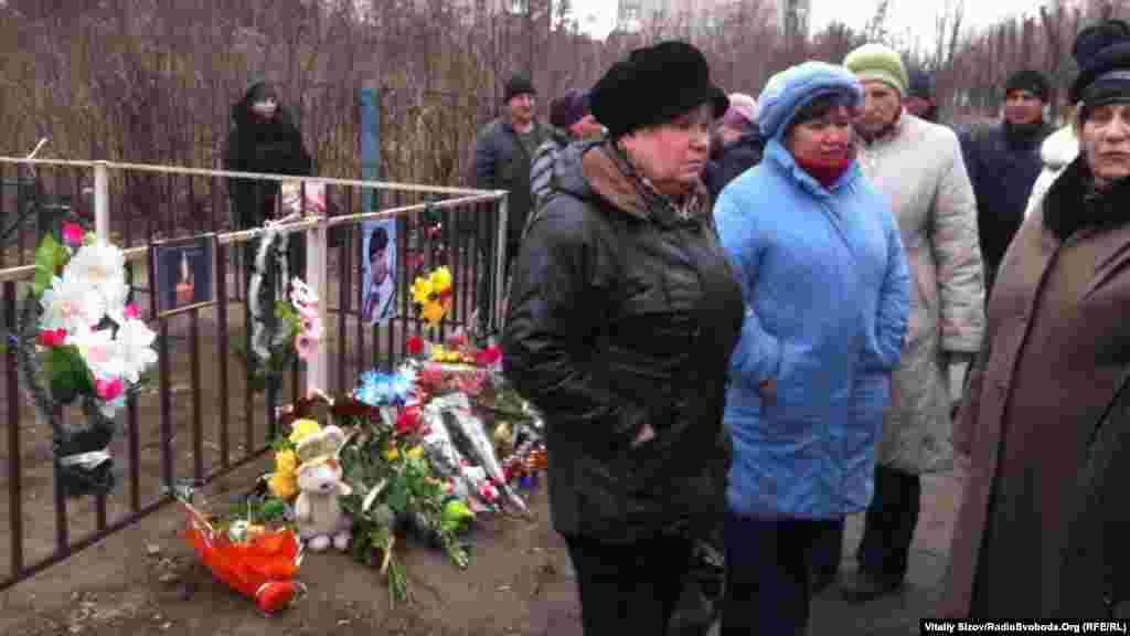 Жителі Костянтинівки несуть квіти до місця загибелі дівчинки
