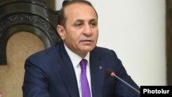 Армения премьері Овик Абрамян үкімет жиынында отставкаға кететінін жариялап тұр. Ереван, 8 қыркүйек 2016 жыл.