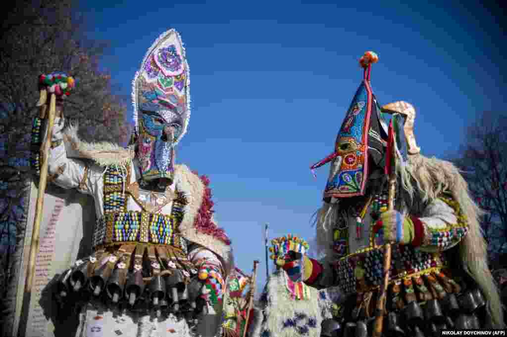 Костюмы основных танцоров усеяны колокольчиками. Их звон призван изгонять болезнь и злых духов.