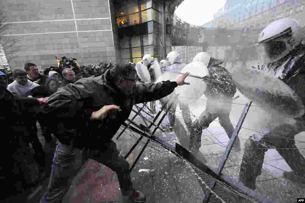 Belgija - Protesti protiv poljoprivredne politike EU i pada cijena mlijeka, Brussels, 26. novembar 2012. Foto: AFP / John Thys