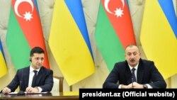Президент України Володимир Зеленський (зліва) та президент Азербайджану Ільхам Алієв взяли участь у спільній прес-конференції в Баку, 17 грудня 2019 року