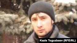 Узбекский беженец-мусульманин Сунатулла Кулдошев у здания суда. Алматы, 27 января 2011 года.