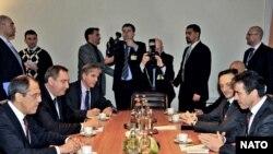 Secretarul General NATO Anders Fogh Rasmussen şi ministrul de externe rus Serghei Lavrov