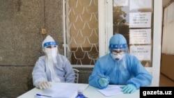 Медики в защитных костюмах.