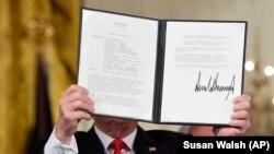 """Президент Трамп """"Космосту башкаруу саясаты"""" деген документке кол койгондон кийин. 18-июнь, 2018-жыл."""