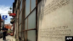 Spomen-ploča u Sarajevu kojom je obilježeno mjesto atentata na prestolonasljednika Ferdinanda i njegovu suprugu Sofiju