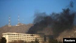 Дим над готелем Intercontinental у Кабулі, 21 січня 2018 року