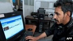 Мужчина зашел на сайт Facebook. Кабул, 30 июля 2009 года.