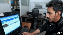 په کابل کې یو افغان د فېس بوک ویب پاڼه کاروي . د ۲۰۰۹م کال د جولايي ۳۰مه