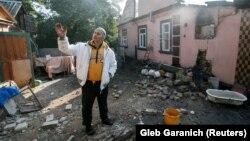 Чоловік біля пошкодженого будинку внаслідок вибухів на військових складах в Калинівці, 27 вересня 2017 року