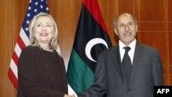 Ҳилларӣ Клинтон бо Мустафо Абдулҷалил-раҳбари Шӯрои Миллии Гузори Либия дар Троблус