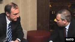 Polish Defense Minister Bogdan Klich (left) with NATO Secretary-General Jaap de Hoop Scheffer