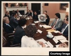 Рональд Рейган встречается с советскими диссидентами в Белом доме. Справа от Рейгана Юрий Ярым-Агаев. 17 мая 1988 года