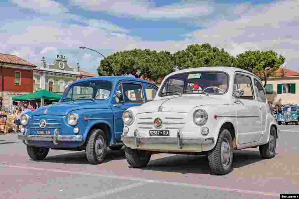 Советские дизайнеры, конечно, «черпали вдохновение» не только в США. Итальянский игривый Fiat 600d стал хитом во всей Европе, и в течение пяти лет его выпуска с 1955 года было продано более миллиона единиц.
