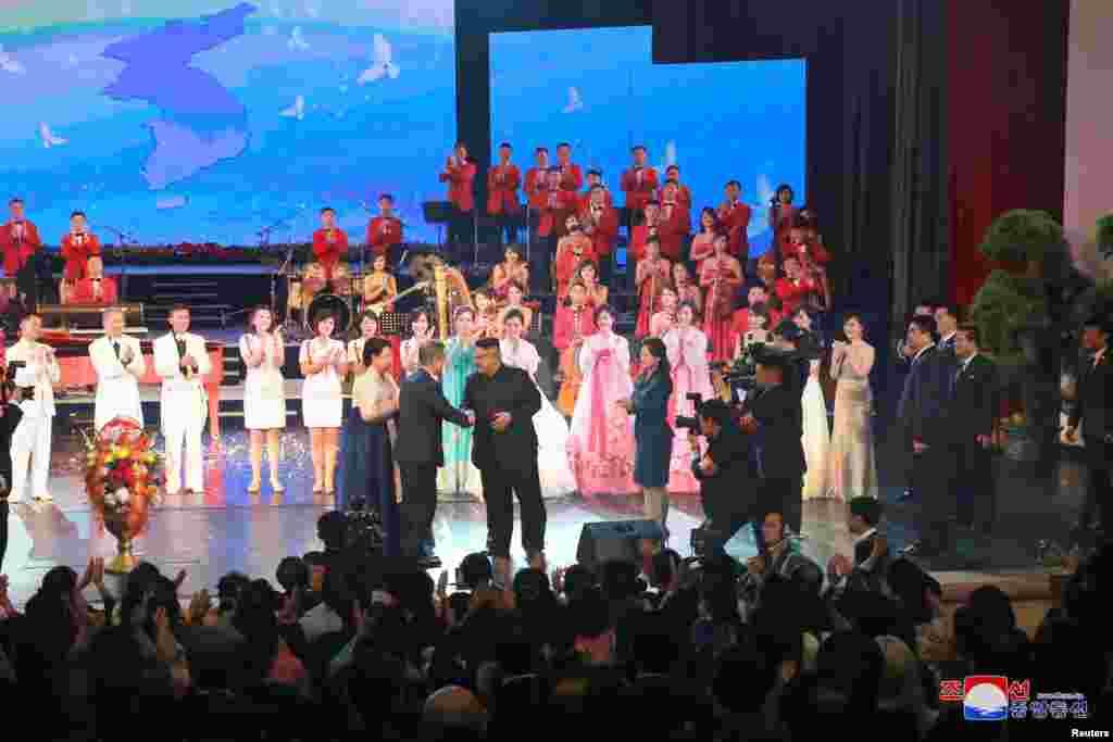Мун Чжэ Ин мен Ким Чен Ын Пхеньяндағы Гранд театрда өткен концертке келді. 19 қыркүйек 2018 жыл.