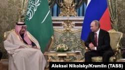 Russian President Vladimir Putin (R) meets with Saudi Arabia's King Salman bin Abdulaziz Al Saud at the Kremlin in Moscow, Ocober 5, 2017