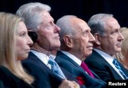 Уходящий в отставку президент Израиля Шимон Перес (второй справа) и гости, приехавшие к нему на юбилей: Барбара Стрейзанд, Билл Клинтон, Биньямин Нетаньяху
