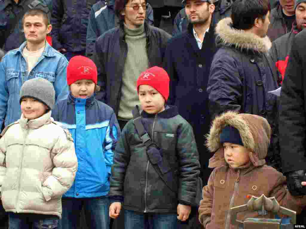 Казахские беженцы предъявили властям Чехии политические требования - Здесь, в Чехии, за эти три года скитаний у этих полулегальных беженцев родились 45 детей. Число этих детей входит в общее число 205 граждан, которым грозит насильственная депортация из Чехии. Жизнь не стоит на месте, коммуна салафитов растет и приумножается на чужбине. На нынешний момент им лишь продлевают срок регистрации для пребывания на территории Чехии.