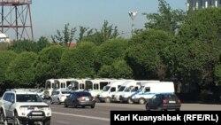 Полицейские машины на площади Республики в Алматы.