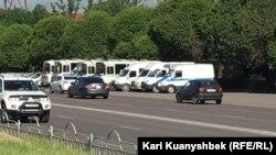 Автобусы и микроавтобусы полиции на площади Республики в Алматы. 21 мая 2016 года.