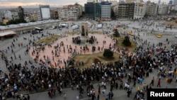 Протестующие собираются на площади Таксим в Стамбуле. 12 июня 2013 года.