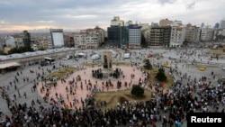 Стамбул, 12 июня 2013 года: протестующие возвращаются на площадь Таксим