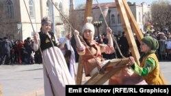 Улуттук кийимчен кыргыз кыздары.