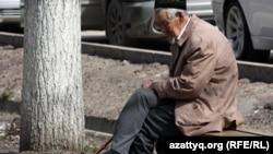 Пожилой мужчина на улице. Алматы, 29 марта 2012 года. Иллюстративное фото.