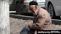Көшеде демалып отырған қарт адам. Алматы, 29 наурыз 2012 жыл.