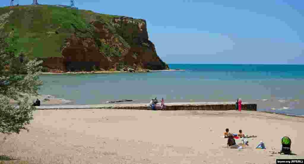Единственная отдыхающая, москвичка, с двумя детьми на муниципальном пляже Песчаного