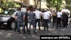 Ոստիկանները, դատաբժշկական փորձագետները դեպքի վայրում, Երևան, 2-ը հունիսի, 2021թ․