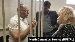 Слева направо Оюб Титиев и его адвокаты Петр Заикин и Мария Дубровина