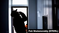 Бывший героинозависимый мужчина, получающий заместительную терапию, выпивает порцию метадона