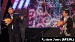 Участники айтыса (акыны) Ринат Заитов (справа) и Балгынбек Имашев. Алматы, 20 марта 2013 года.