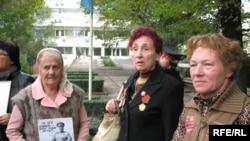 Пенсионеры пытаются пройти в офис посла ОБСЕ. Алматы, 30 сентября 2008 года.