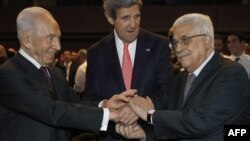 Sekretari i Shteteve të Bashkuara (Q) shtrëgon duart me presidentin izraelit Shimon Peres (M) dhe presidentin palestinez Mahmud Abbas (D)