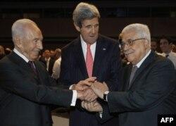 Шимон Перес и Махмуд Аббас вместе с Джоном Керри на экономическом форуме на Мертвом море. Май 2013 года